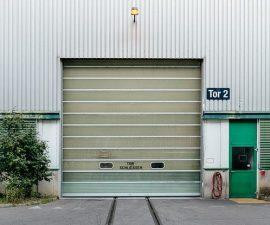 Brama w hangarze